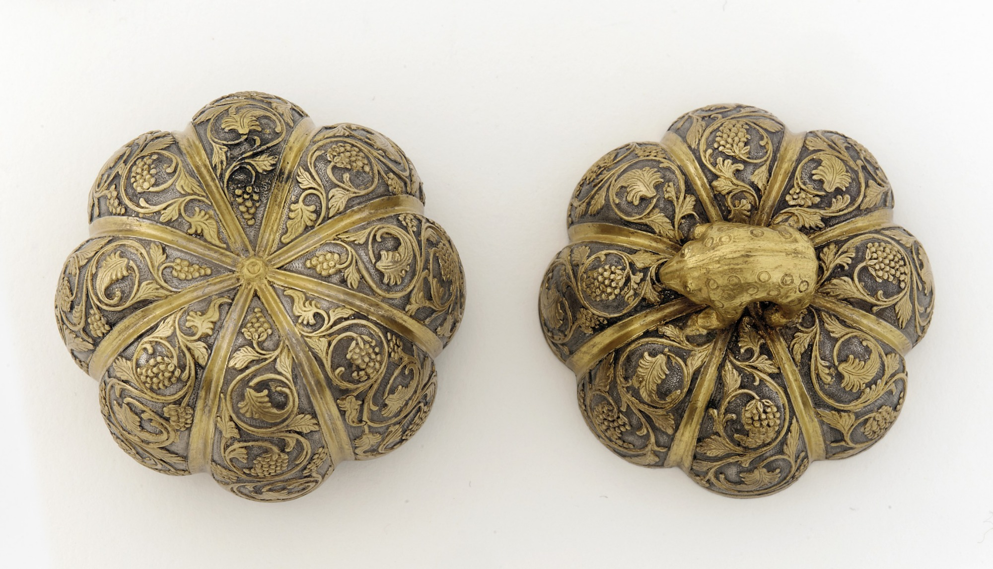 Lidded box in the form of a melon with grapevines and knob in the shape of a rodent