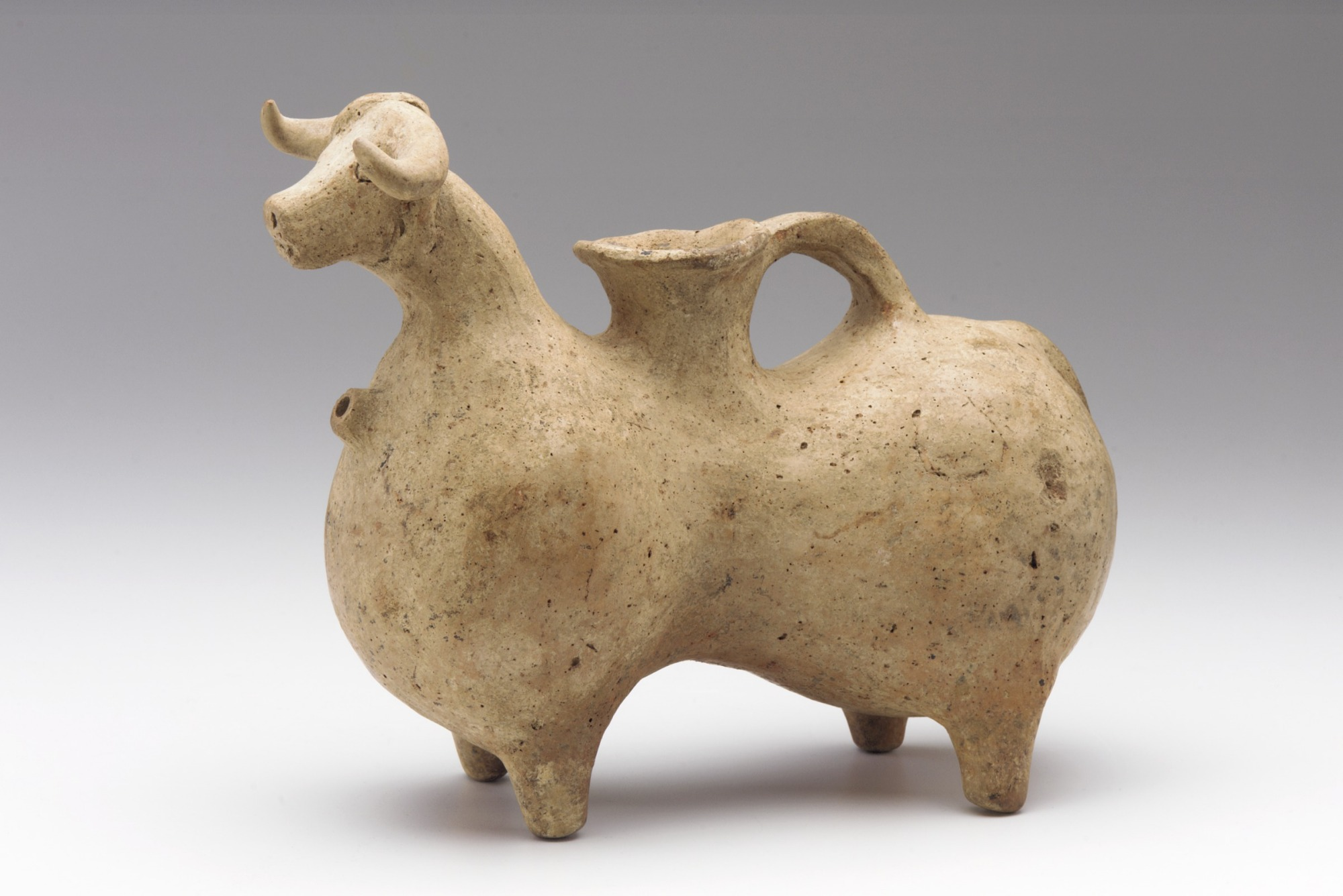 : Animal-shaped vessel