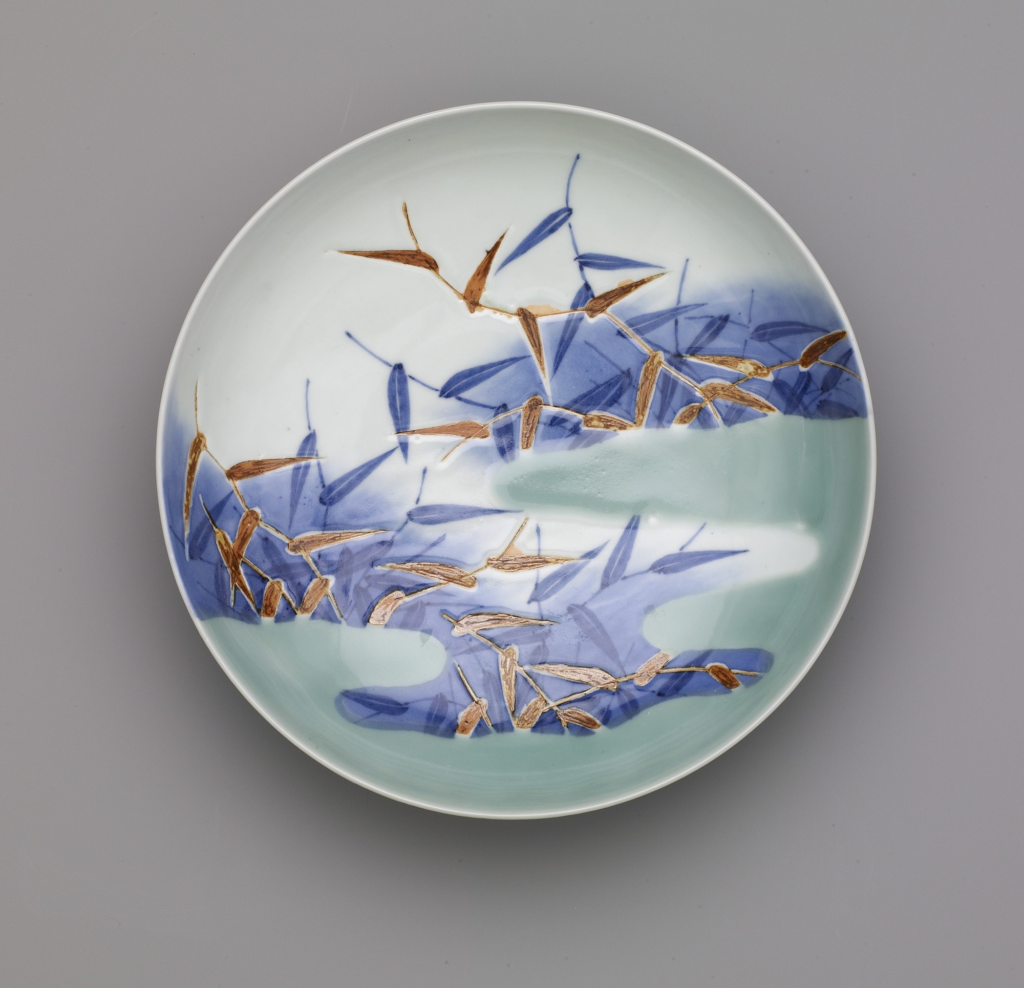 interior: Nabeshima ware dish with design of reeds in mist, seven-sun size