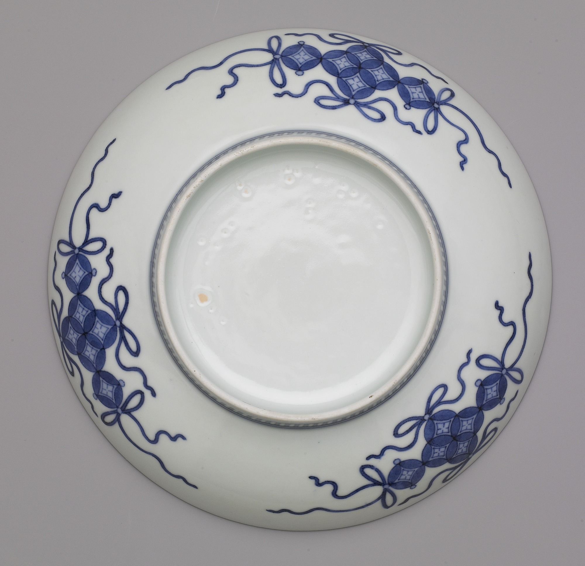 base: Nabeshima ware dish with design of reeds in mist, seven-sun size