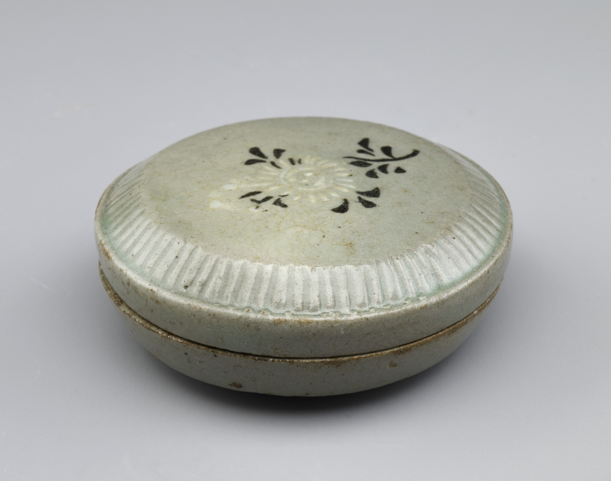 Covered box with inlaid design of chrysanthemum spray, 3/4 profile