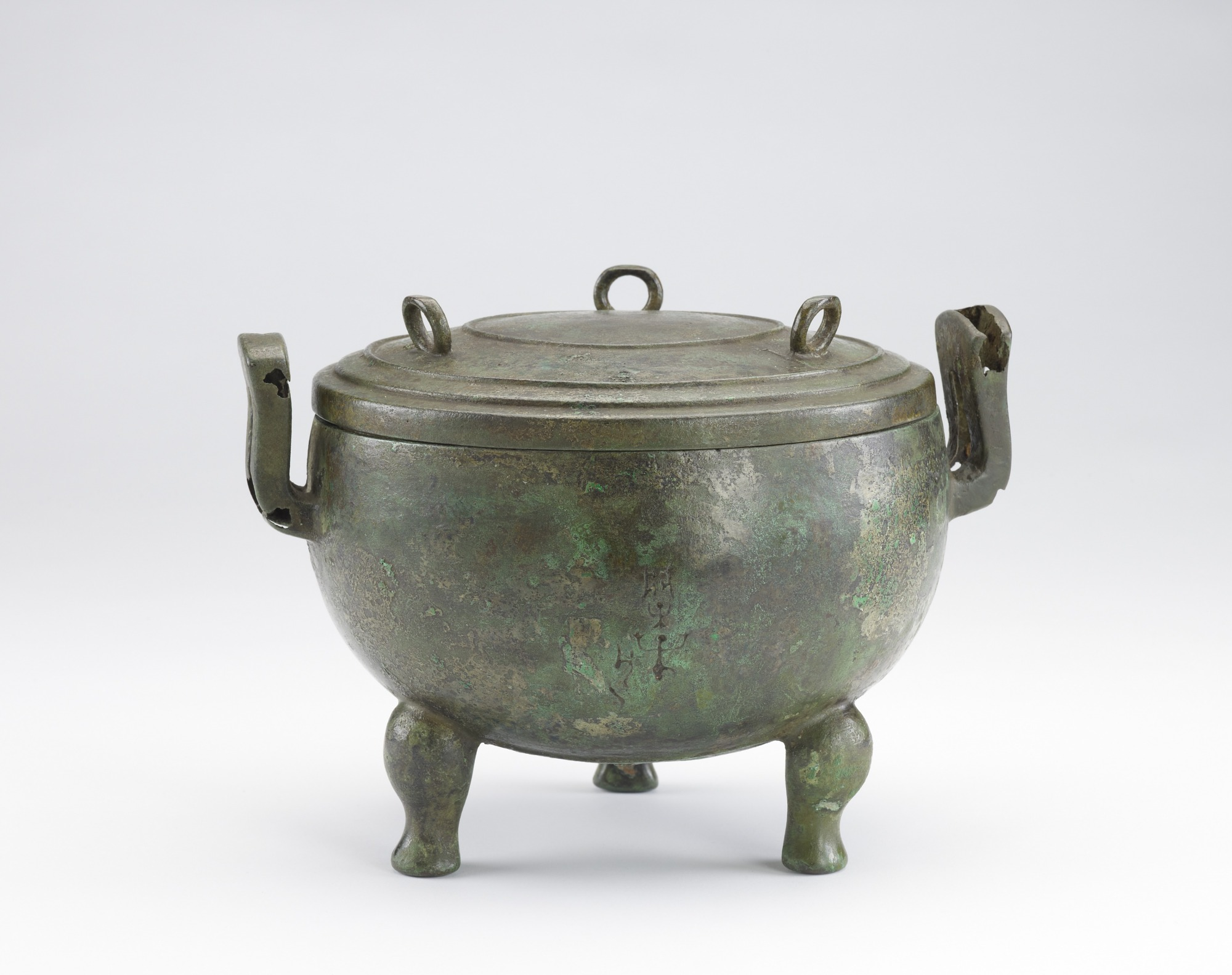 Ceremonial vessel (ting) with a cover