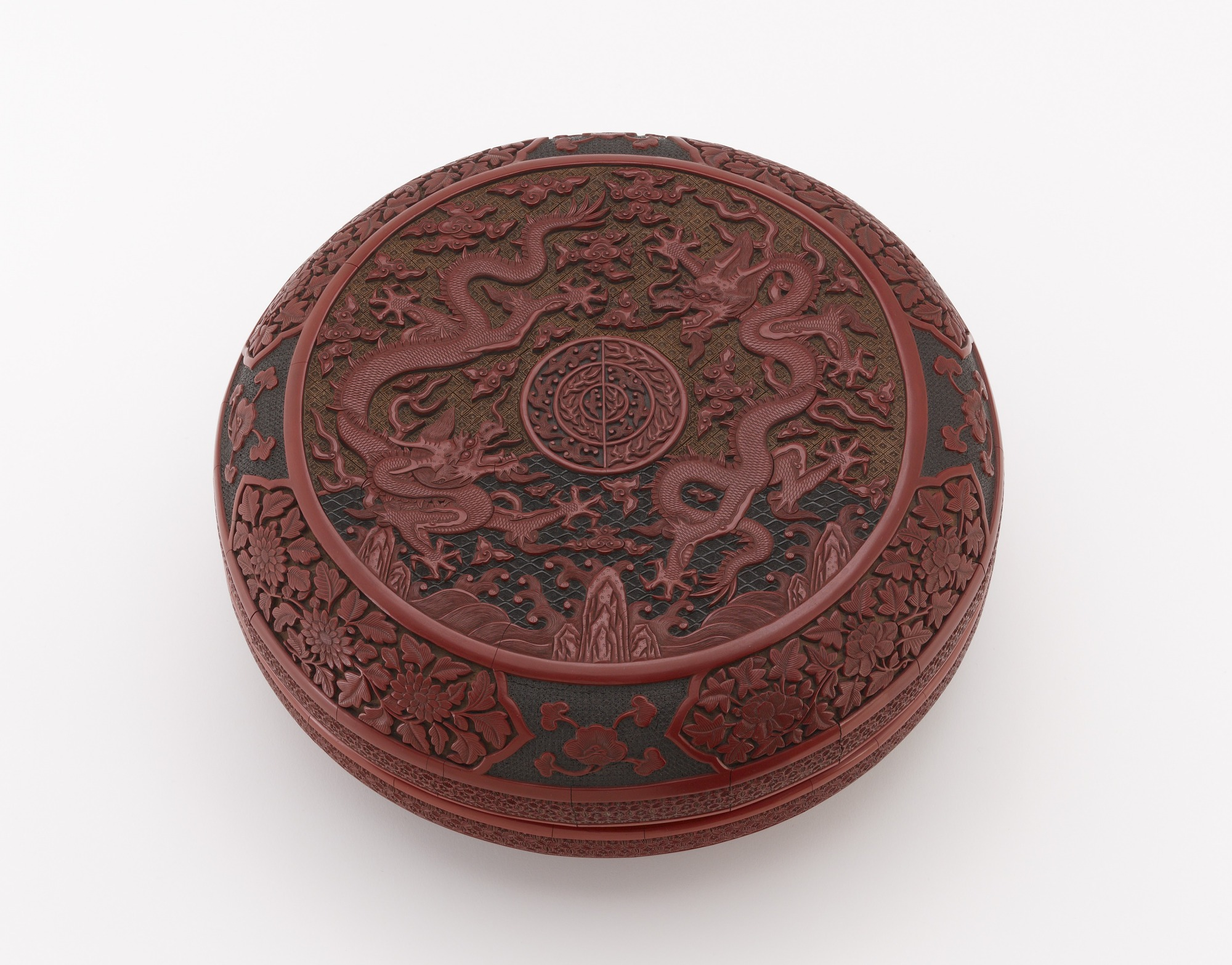 3/4 top view: Round box with dragon and flower