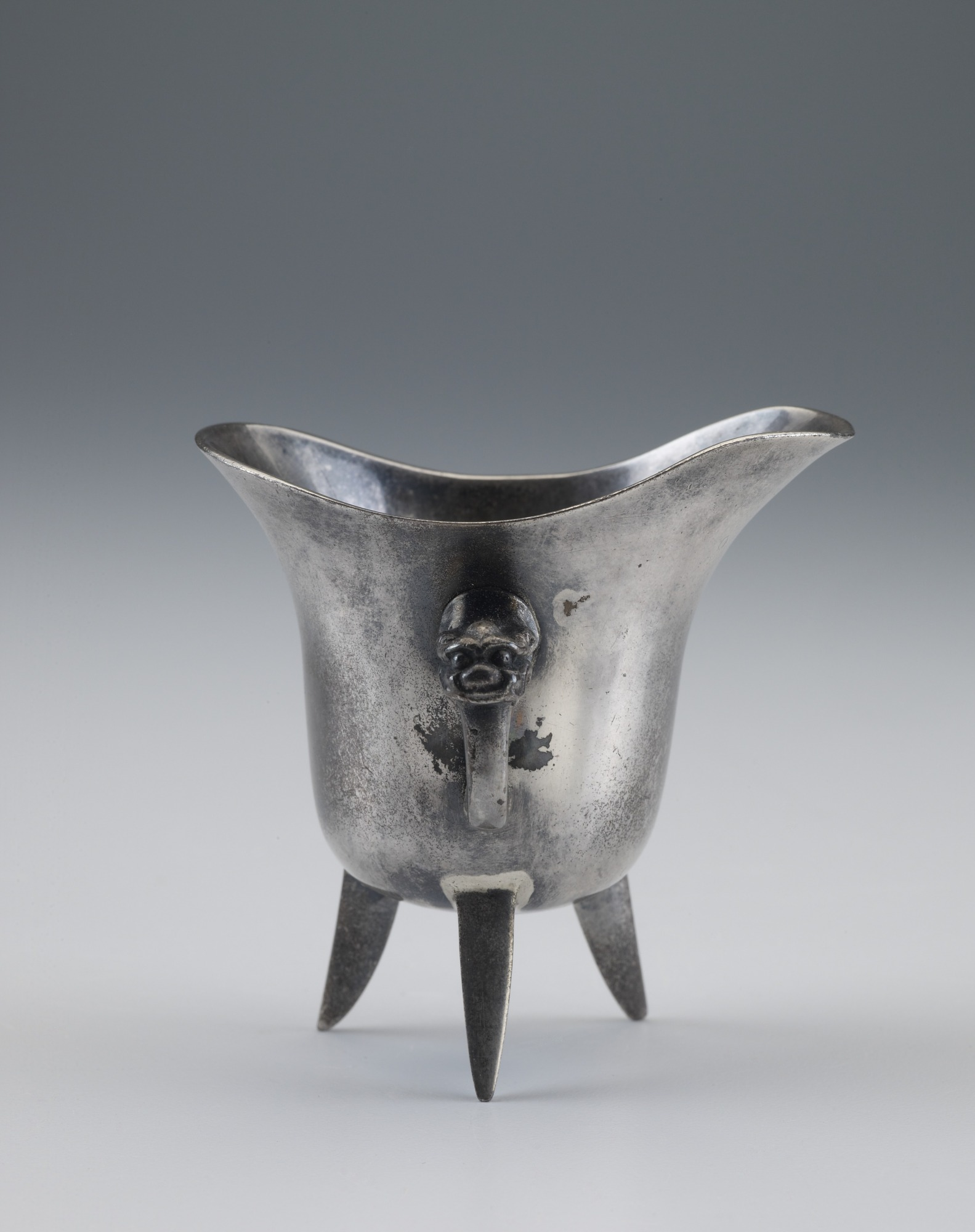 Cup in the form of a jue