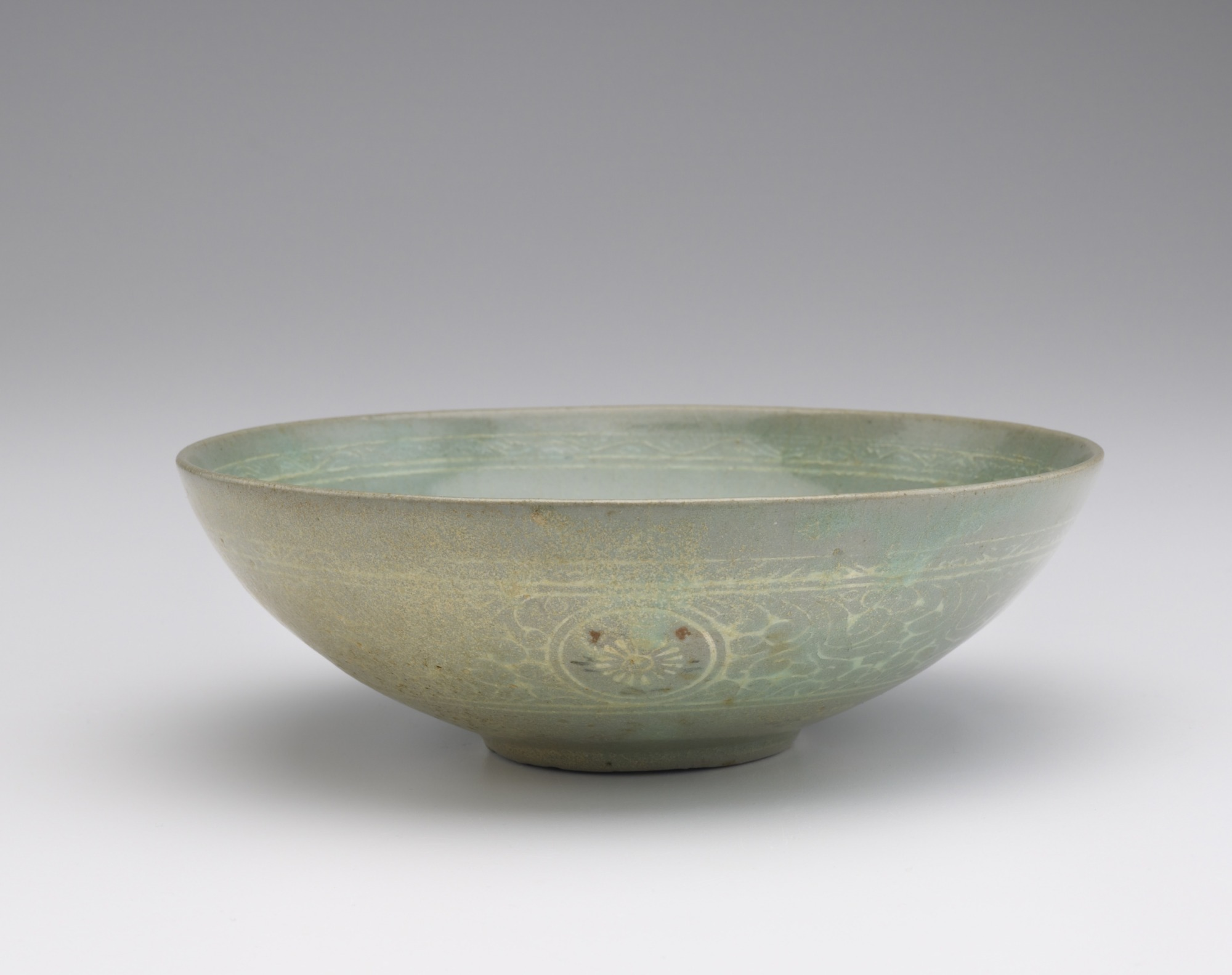 Bowl with inlaid design of alternating chrysanthemums and lichee sprays, profile