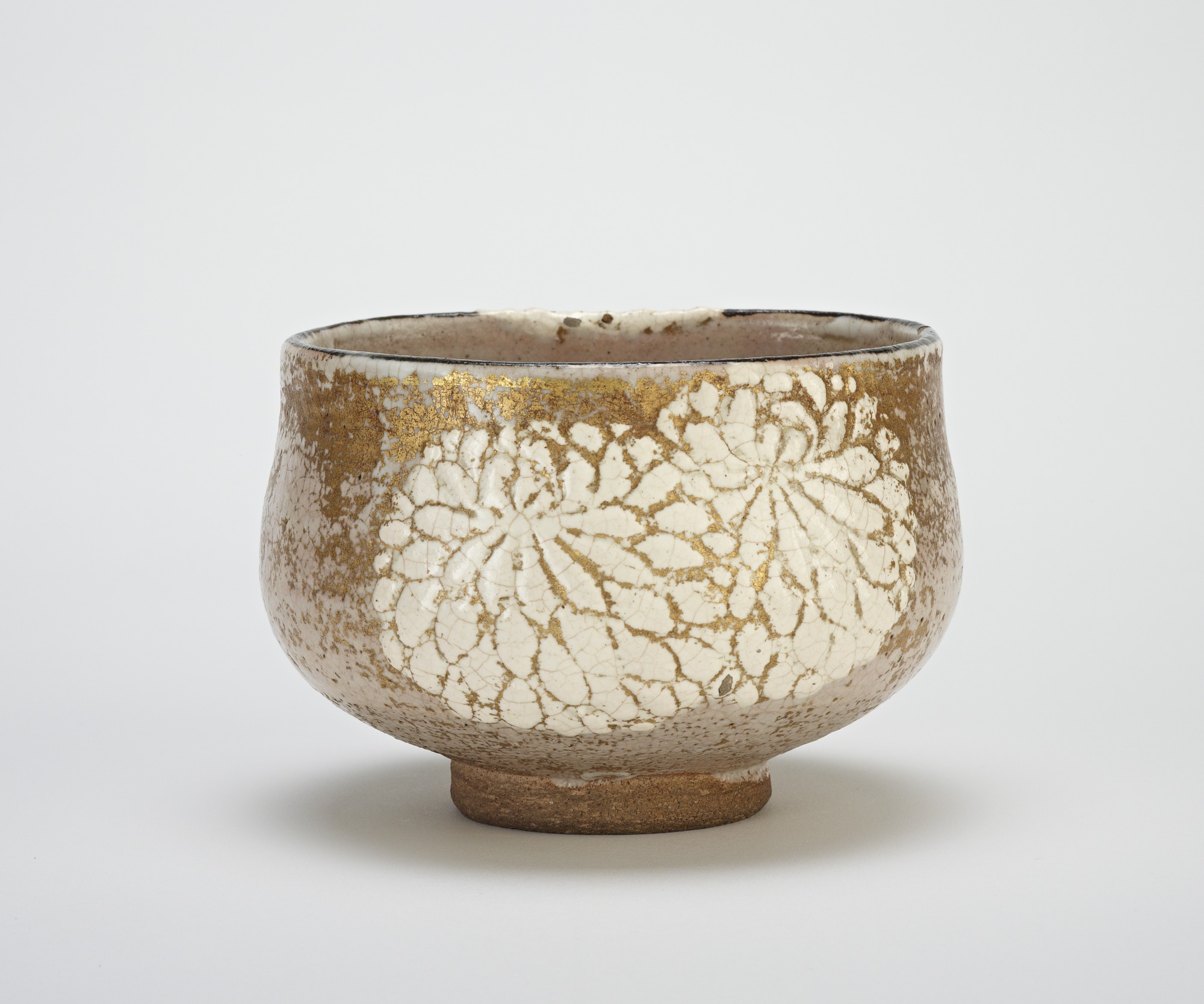 Tea bowl with design of chrysanthemums