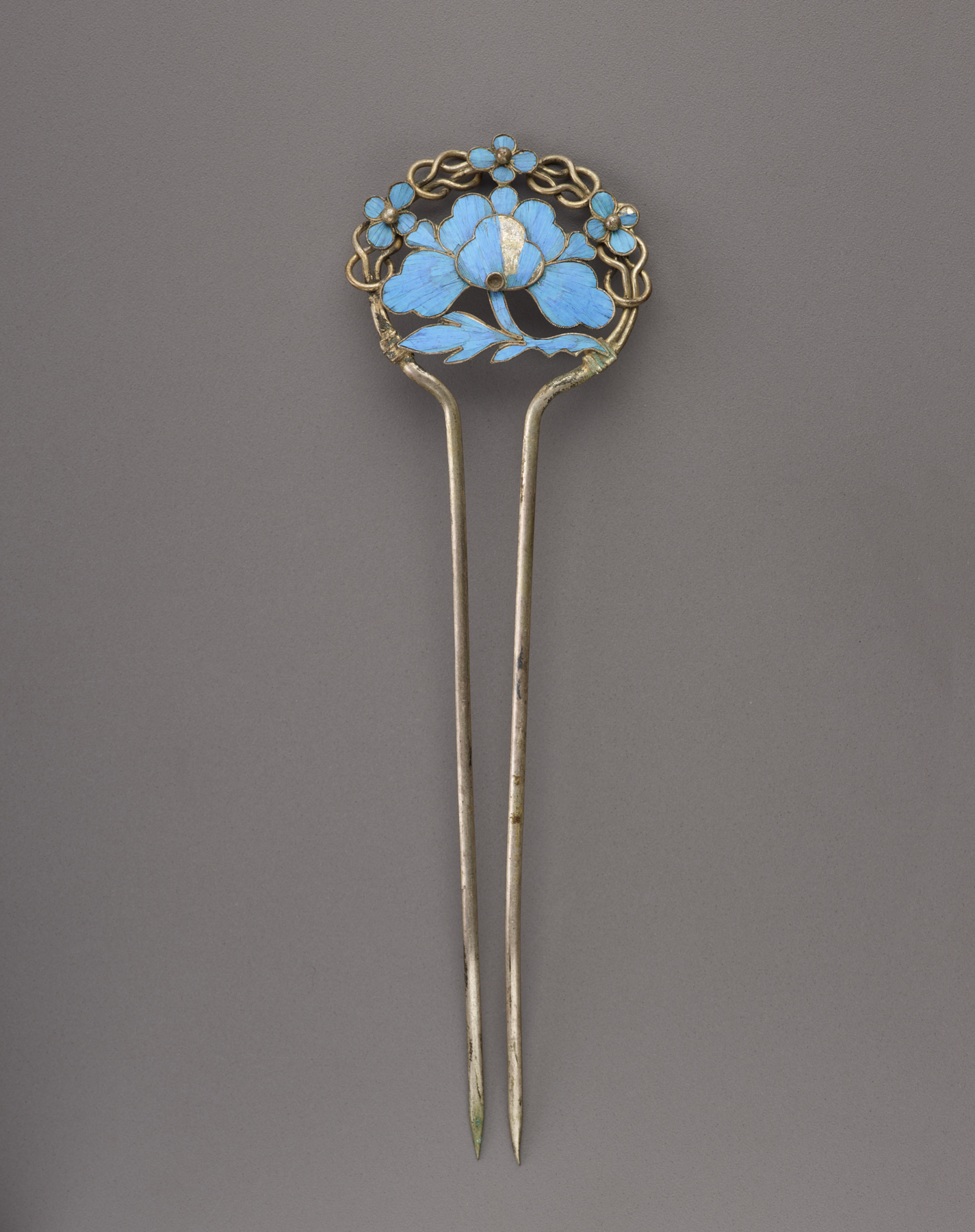 Double-prong kingfisher-feather hairpin with floral motif