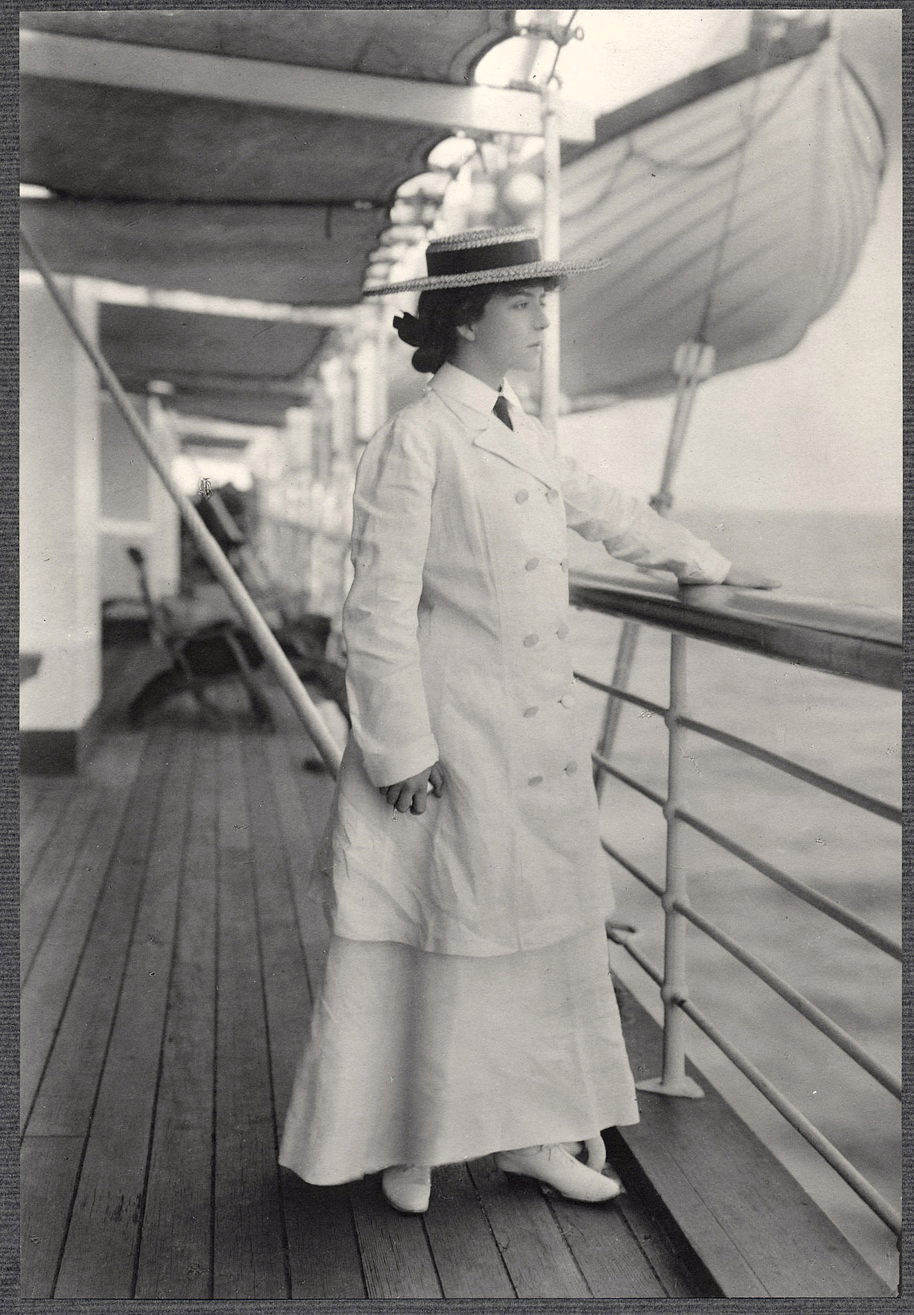 Alice Roosevelt standing aboard the SS Manchuria.