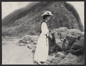Alice Roosevelt wearing a lei at Pali Overlook