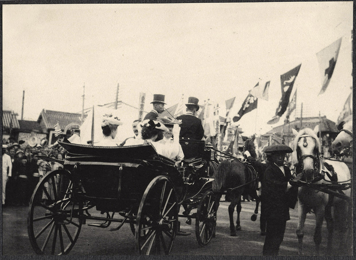 Tokyo: Carriage with Alice Roosevelt, Mabel Boardman, Ambassador Lloyd Griscom, and unidentified Japanese woman, leaves Shinbashi station surrounded by cheering crowds