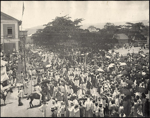 Cebu: Crowds watch a parade