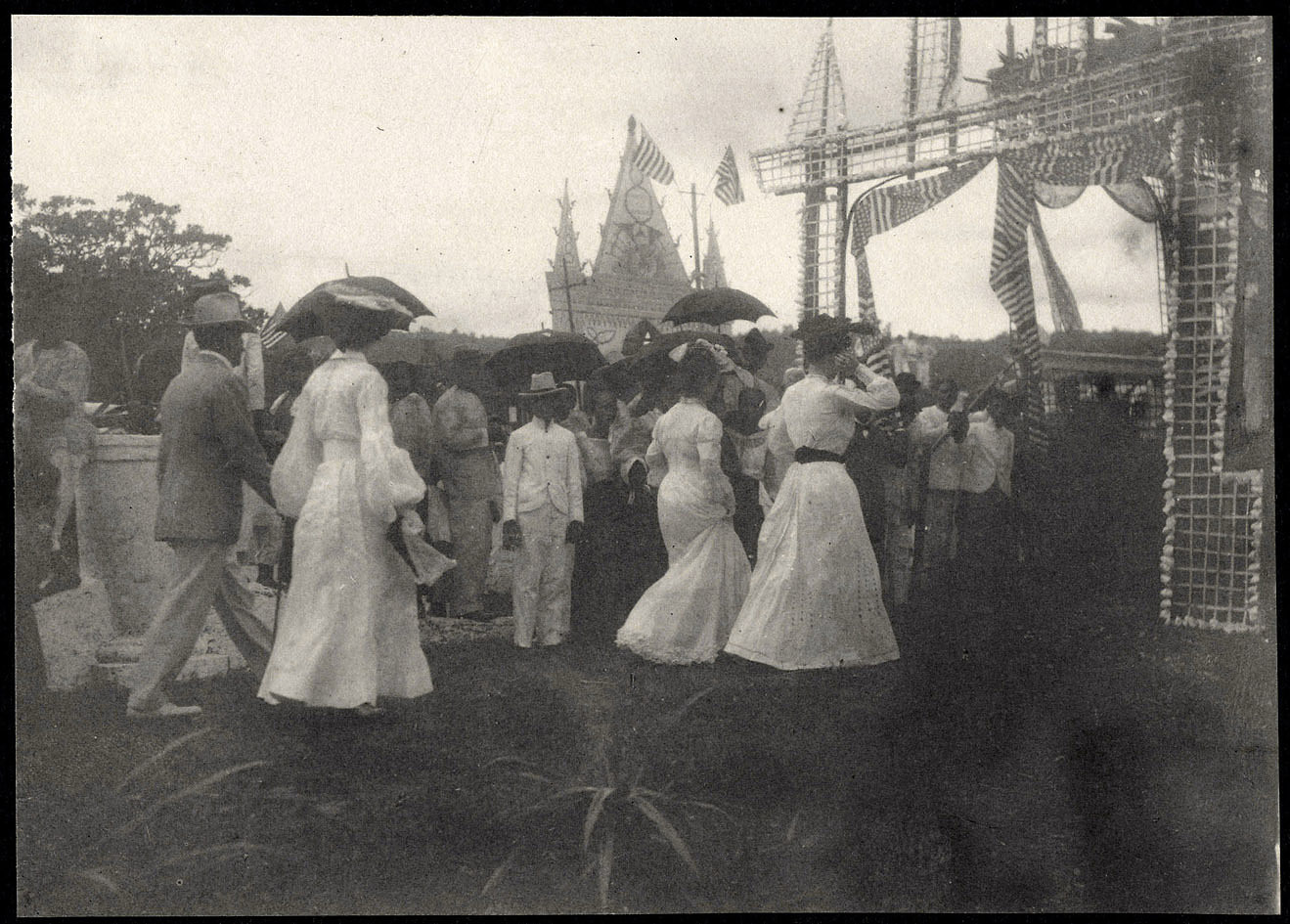Legazpi: Alice Roosevelt and Nicholas Longworth arrive at festive parade
