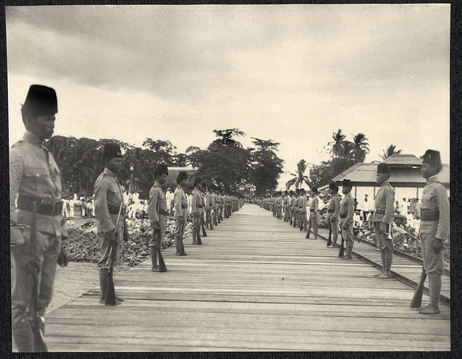 Zamboanga: Soldiers line the pier