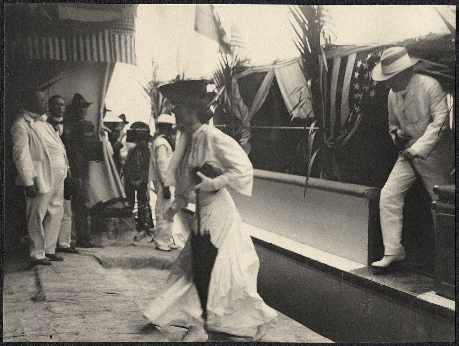 Manila: Alice Roosevelt and Nicholas Longworth disembark
