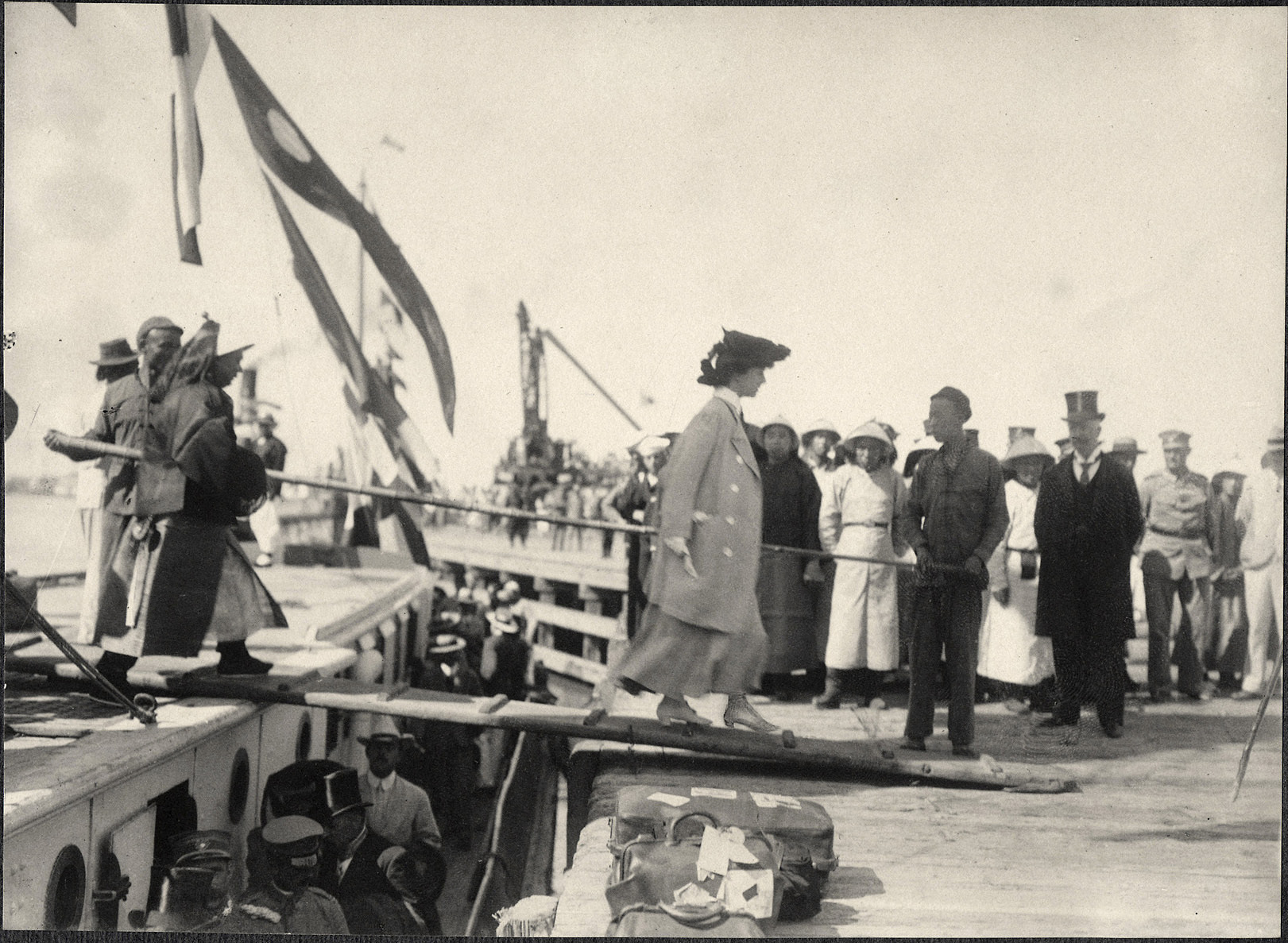 Tianjin: Alice Roosevelt disembarking at the port of Tianjin