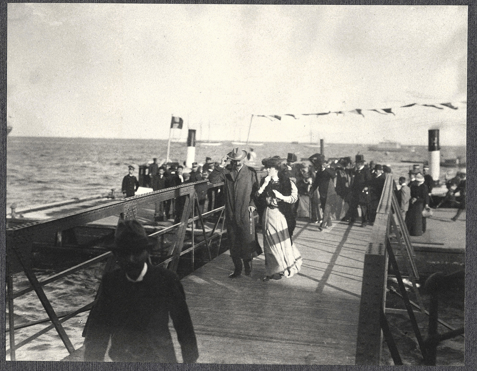 Alice Roosevelt arrives at Incheon in Korea, accompanied by American ambassador to Korea, Edwin V. Morgan