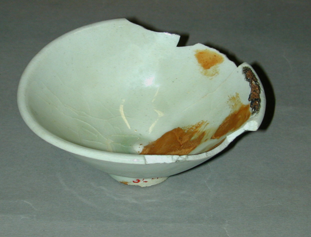 Bowl with saggar pad attached