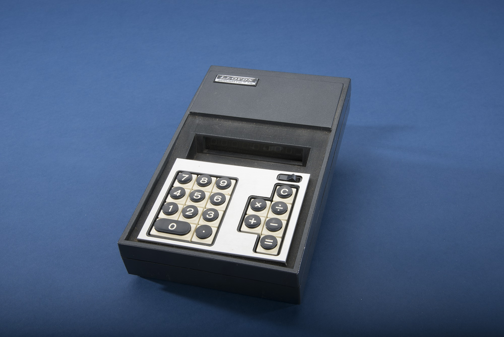 Lloyd's Accumatic 70 Model E752 Desktop Electronic Calculator