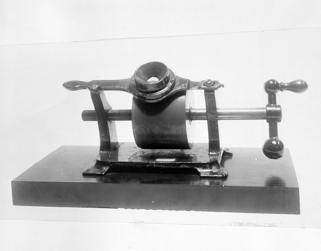 Photograph of Thomas Alva Edison's foil phonograph of 1878. Smithsonian Institution Archives, negative number 91-3690.