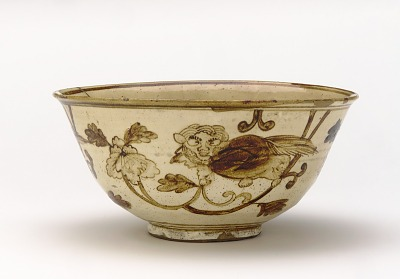 Kenzan-style serving bowl with design of lion-dog and peony