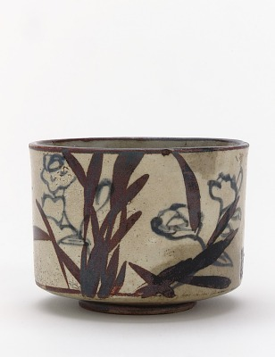Kenzan style tea bowl with inscription and design of narcissus