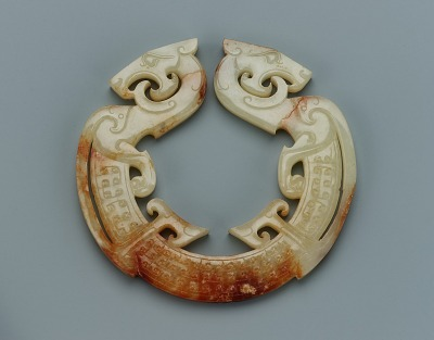 Pendant in the form of an open ring with two dragon heads