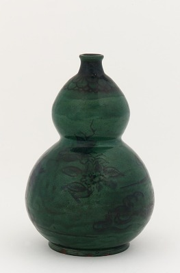 Anto ware gourd-shaped sake bottle with designs of camellia and chrysanthemum