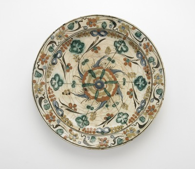Plate with low foot