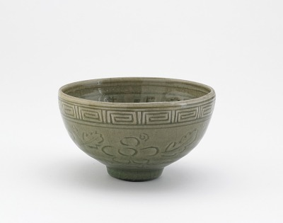 Serving bowl in style of Longquan ware