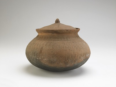 Cooking pot with overall paddle-impressed texture and lid with incised decoration