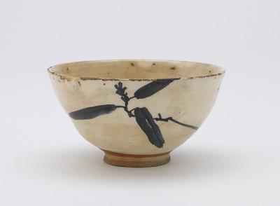 Koto ware tea bowl with design of yuzuriha