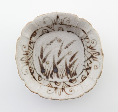Individual serving dish with fluted foliate rim