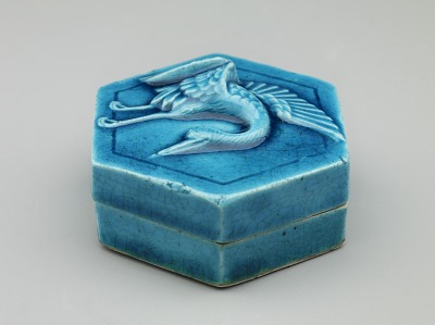 Hexagonal incense box with design of crane