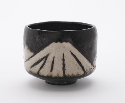 Korakuen ware tea bowl with design of Mt. Fuji