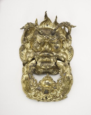 Door handle in the form of a dragon mask and a ring