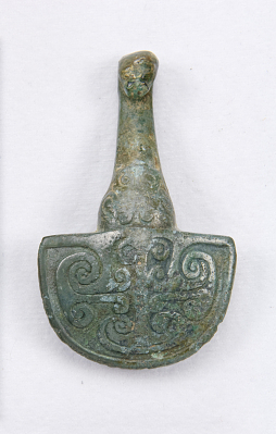 Garment hook (daigou) in the form of a spoon with scrolls