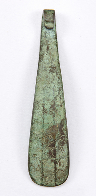 Garment hook (daigou) in the shape of a Chinese lute with scrolls
