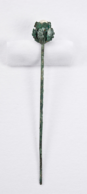 Single-prong hairpin (zan 簪) with large floral motif head.