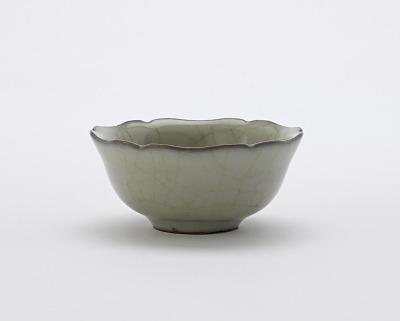 Guan ware cup with foliate rim