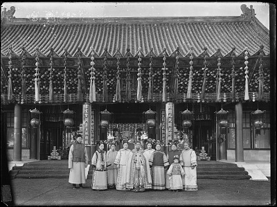 The Empress Dowager Cixi with attendants in front of Paiyunmen, Summer Palace, Beijing 1903-1905