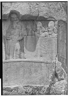 Naqsh-i Rustam (Iran): Sasanian Reliefs Depicting Bahram II among his Family and Courtiers: Detail View of the King with Pāpak, Satrap of Georgia, Two Other Dignitaries, as well as Elamite Figure [graphic]