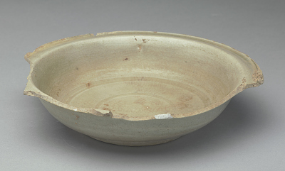 Shallow bowl with everted rim