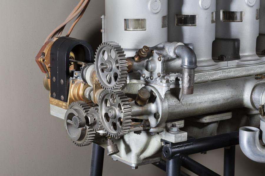 Interlocking gears on side of metal Roberts 4X In-line 4 Engine