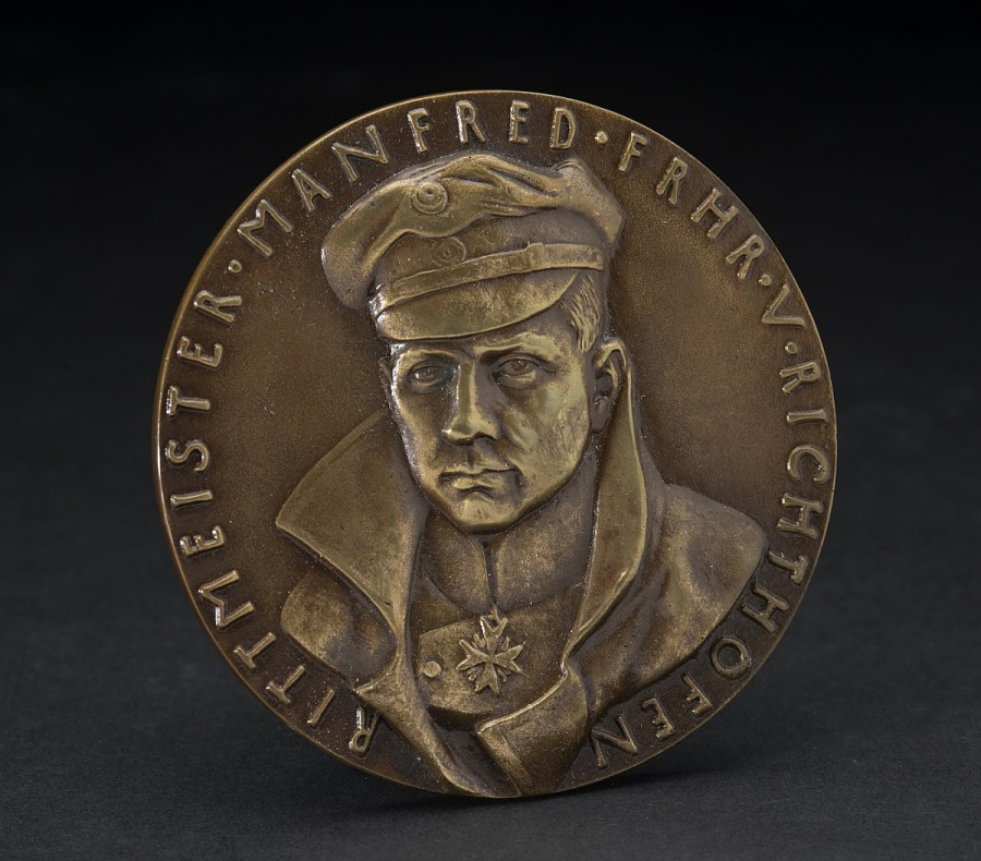 Bronze medal with fportrait of Manfred von Richthofen in hat and high-collared coat