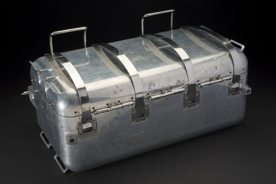 Closed rectangular aluminum case with 4 hinges on lid and latches