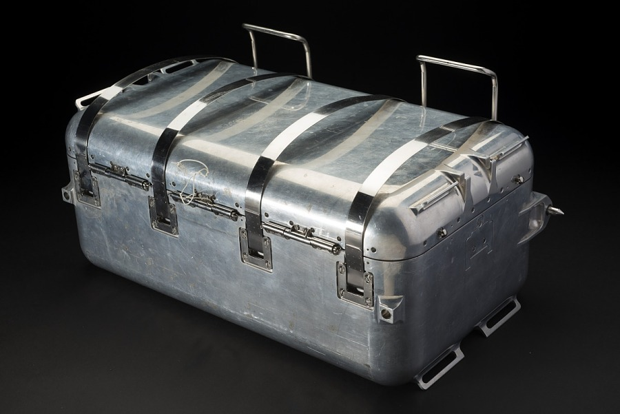 Rectangular aluminum case with 4 hinges on lid and latches