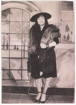 Photograph of Mae Reeves wearing a fox stole and black hat