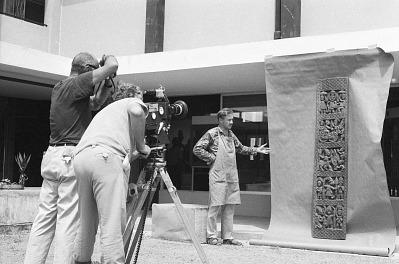 Eliot Elisofon and cameraman George Bracher filming Yoruba door panel, Ibadan, Nigeria, [negative]