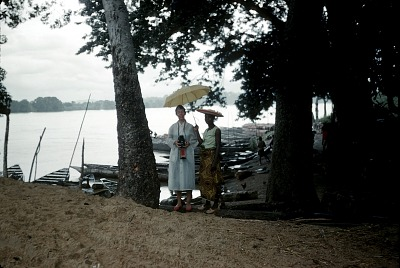 Phoebe Ottenberg and Jane Nwachi, Ndibe Beach, Afikpo Village-Group, Nigeria. [slide]