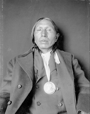 Portrait (Profile) of Woiv-Vigoi (Cloud Chief) with Benjamin Harrison Peace Medal 1908